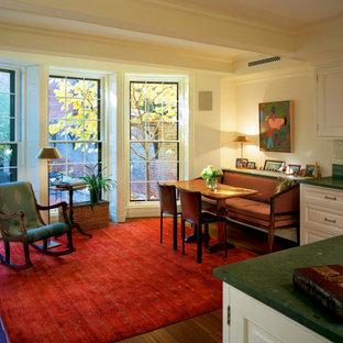 Klassische Küche mit Schrankfronten mit vertiefter Füllung, weißen Schränken, Kücheninsel und grüner Arbeitsplatte in Boston