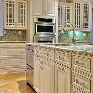 Idéer för ett mycket stort klassiskt beige kök, med luckor med upphöjd panel, beige skåp, rostfria vitvaror, en undermonterad diskho, granitbänkskiva, flerfärgad stänkskydd, travertin golv, en köksö och orange golv