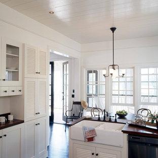 アトランタのシャビーシック調のおしゃれなキッチン (ルーバー扉のキャビネット、エプロンフロントシンク、木材カウンター、白いキャビネット) の写真