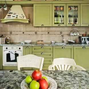 Foto di una cucina country di medie dimensioni con lavello integrato, ante con bugna sagomata, ante verdi, top in granito, paraspruzzi beige, paraspruzzi in lastra di pietra, elettrodomestici colorati, pavimento in terracotta e penisola