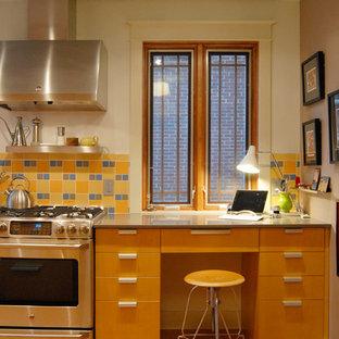 Ejemplo de cocina actual con armarios con paneles lisos, puertas de armario de madera oscura y salpicadero amarillo