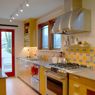 Zweizeilige, Geschlossene Moderne Küche mit integriertem Waschbecken, Küchengeräten aus Edelstahl, offenen Schränken, gelben Schränken und Küchenrückwand in Gelb in Sonstige
