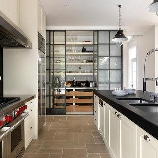 Idéer för vintage parallellkök, med en dubbel diskho, skåp i shakerstil, vita skåp, rostfria vitvaror och travertin golv