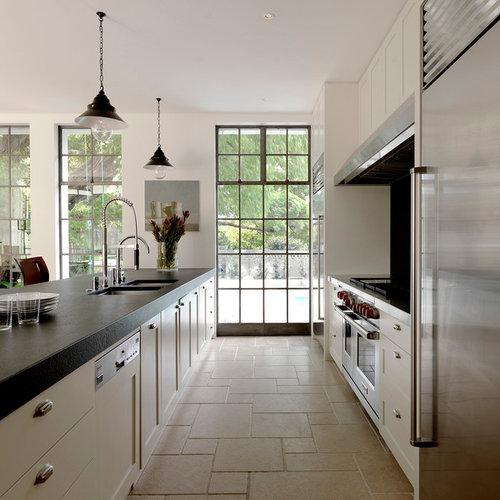cuisine parall le avec un sol en travertin photos et. Black Bedroom Furniture Sets. Home Design Ideas