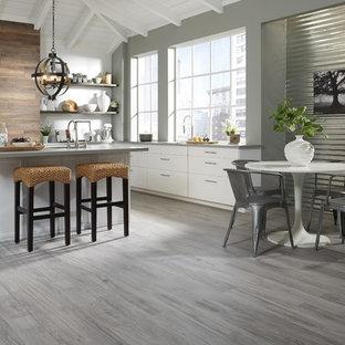 Ispirazione per una grande cucina contemporanea con ante lisce, ante bianche, top in granito, parquet scuro, penisola e pavimento grigio