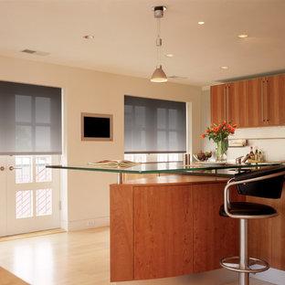 Esempio di una cucina minimalista di medie dimensioni con lavello sottopiano, ante lisce, ante in legno scuro, top in vetro, paraspruzzi bianco, parquet chiaro e pavimento beige
