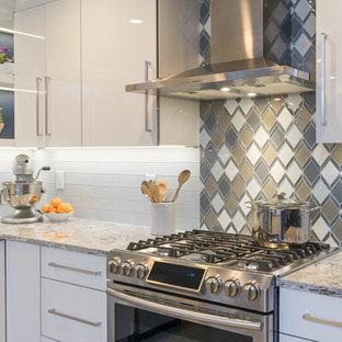 Стильный дизайн: угловая кухня среднего размера в скандинавском стиле с обеденным столом, врезной раковиной, плоскими фасадами, белыми фасадами, столешницей из кварцевого агломерата, разноцветным фартуком, фартуком из стекла, техникой из нержавеющей стали, полом из фанеры и островом - последний тренд