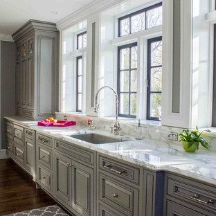 Foto på ett mycket stort shabby chic-inspirerat kök, med en undermonterad diskho, grå skåp, marmorbänkskiva, vitt stänkskydd, rostfria vitvaror, mörkt trägolv och luckor med infälld panel