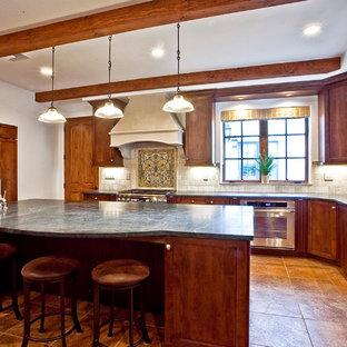 サンフランシスコの中サイズのトラディショナルスタイルのおしゃれなキッチン (アンダーカウンターシンク、シェーカースタイル扉のキャビネット、中間色木目調キャビネット、ソープストーンカウンター、ベージュキッチンパネル、トラバーチンのキッチンパネル、シルバーの調理設備、トラバーチンの床、ベージュの床) の写真