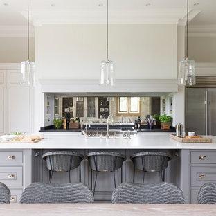 Inspiration för ett stort vintage kök, med grå skåp, en köksö, en dubbel diskho, stänkskydd med metallisk yta, spegel som stänkskydd, rostfria vitvaror och kalkstensgolv