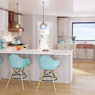 Idéer för att renovera ett stort funkis vit vitt kök, med en rustik diskho, släta luckor, beige skåp, bänkskiva i kvarts, grått stänkskydd, rostfria vitvaror, ljust trägolv, en halv köksö och gult golv