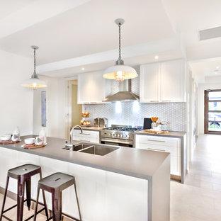 Стильный дизайн: параллельная кухня-гостиная среднего размера в стиле модернизм с накладной раковиной, белым фартуком, фартуком из керамической плитки, техникой из нержавеющей стали, паркетным полом среднего тона и желтым полом - последний тренд