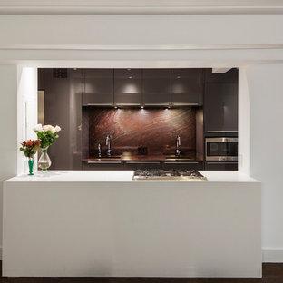 Idee per una grande cucina eclettica con lavello sottopiano, ante lisce, ante grigie, top in marmo, paraspruzzi rosso, paraspruzzi in lastra di pietra, elettrodomestici in acciaio inossidabile, parquet scuro, isola, pavimento marrone e top rosso