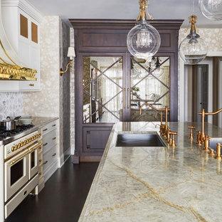 Idéer för att renovera ett mycket stort vintage beige beige kök och matrum, med en undermonterad diskho, luckor med infälld panel, vita skåp, bänkskiva i kvartsit, grått stänkskydd, stänkskydd i marmor, färgglada vitvaror, mörkt trägolv, flera köksöar och brunt golv
