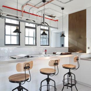 Idéer för stora industriella kök med öppen planlösning, med målat trägolv, släta luckor, vita skåp, vitt stänkskydd och stänkskydd i tunnelbanekakel