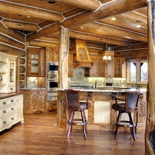 Offene, Mittelgroße Rustikale Küche in L-Form mit hellbraunen Holzschränken, Rückwand aus Keramikfliesen, Küchengeräten aus Edelstahl, braunem Holzboden, Kücheninsel, Unterbauwaschbecken, Schrankfronten im Shaker-Stil, Granit-Arbeitsplatte, Küchenrückwand in Grün und braunem Boden in Atlanta