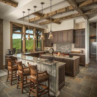 シャーロットのラスティックスタイルのおしゃれなキッチン (シェーカースタイル扉のキャビネット、濃色木目調キャビネット、グレーのキッチンパネル、茶色い床) の写真