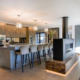 ハンプシャーの広いコンテンポラリースタイルのおしゃれなキッチン (ドロップインシンク、フラットパネル扉のキャビネット、コンクリートカウンター、グレーのキッチンパネル、セラミックタイルの床、グレーのキッチンカウンター、茶色いキャビネット、ミラータイルのキッチンパネル、グレーの床) の写真