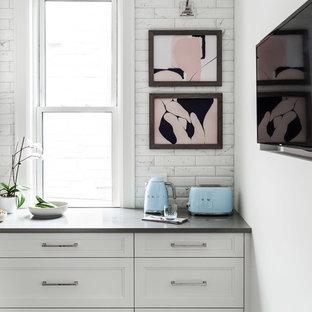 Идея дизайна: большая угловая кухня в современном стиле с обеденным столом, врезной раковиной, фасадами в стиле шейкер, белыми фасадами, столешницей из кварцевого композита, белым фартуком, фартуком из плитки кабанчик, цветной техникой, полом из керамической плитки, островом, серым полом и серой столешницей