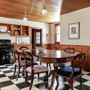 モントリオールのトラディショナルスタイルのおしゃれなキッチン (落し込みパネル扉のキャビネット、淡色木目調キャビネット、ラミネートカウンター、白いキッチンパネル、木材のキッチンパネル、リノリウムの床、アイランドなし、ベージュのキッチンカウンター) の写真