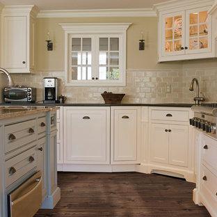 マイアミのトランジショナルスタイルのおしゃれなアイランドキッチン (黄色いキャビネット、ベージュキッチンパネル、サブウェイタイルのキッチンパネル、シルバーの調理設備、クッションフロア) の写真