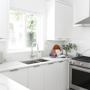Inspiration för ett litet funkis vit vitt kök, med en undermonterad diskho, släta luckor, vita skåp, bänkskiva i kvarts, vitt stänkskydd, rostfria vitvaror, laminatgolv och grått golv