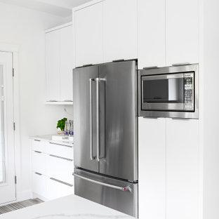 Exempel på ett litet modernt vit vitt kök, med en undermonterad diskho, släta luckor, vita skåp, bänkskiva i kvarts, vitt stänkskydd, rostfria vitvaror, laminatgolv och grått golv