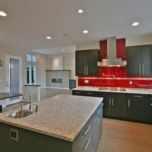 Idéer för ett stort modernt kök med öppen planlösning, med en undermonterad diskho, släta luckor, skåp i mörkt trä, bänkskiva i kvarts, rött stänkskydd, stänkskydd i keramik, rostfria vitvaror, ljust trägolv och en köksö