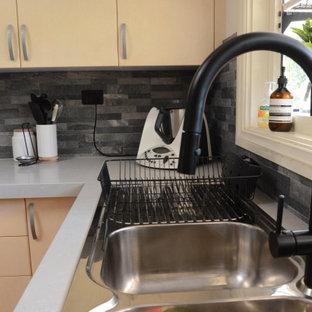 Mittelgroße Moderne Wohnküche in U-Form mit Doppelwaschbecken, gelben Schränken, Quarzwerkstein-Arbeitsplatte, Küchenrückwand in Grau, Rückwand aus Schiefer, Küchengeräten aus Edelstahl, Kücheninsel und grauer Arbeitsplatte in Melbourne