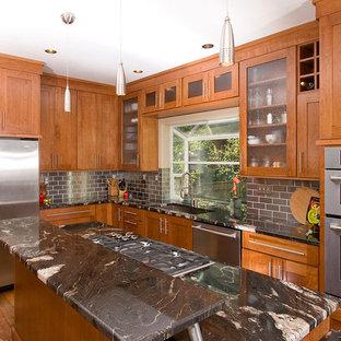 Foto på ett vintage kök, med rostfria vitvaror, en enkel diskho, skåp i shakerstil, skåp i mellenmörkt trä, granitbänkskiva, stänkskydd med metallisk yta och stänkskydd i metallkakel