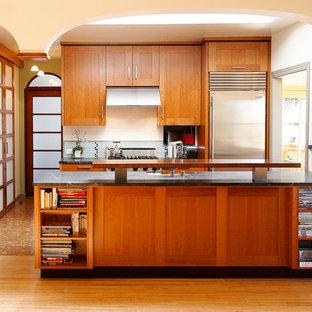 サンフランシスコのアジアンスタイルのおしゃれなII型キッチン (シェーカースタイル扉のキャビネット、中間色木目調キャビネット、シルバーの調理設備の) の写真