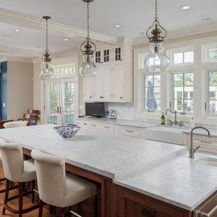 ブリッジポートのトラディショナルスタイルのおしゃれなダイニングキッチン (エプロンフロントシンク、インセット扉のキャビネット、白いキャビネット、ガラスまたは窓のキッチンパネル、無垢フローリング) の写真