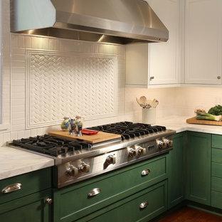 Große Klassische Wohnküche in L-Form mit Doppelwaschbecken, Schrankfronten mit vertiefter Füllung, grünen Schränken, Quarzit-Arbeitsplatte, Küchenrückwand in Weiß, Rückwand aus Keramikfliesen, Küchengeräten aus Edelstahl, braunem Holzboden und Kücheninsel in Los Angeles