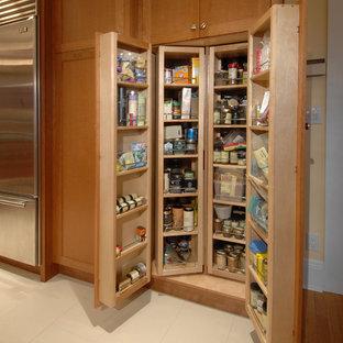 シアトルの大きいおしゃれなキッチン (シングルシンク、シェーカースタイル扉のキャビネット、中間色木目調キャビネット、オニキスカウンター、ベージュキッチンパネル、セラミックタイルのキッチンパネル、シルバーの調理設備の、ライムストーンの床) の写真