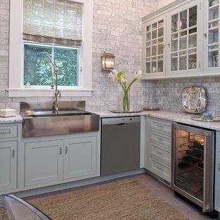 ニューヨークの中サイズのトラディショナルスタイルのおしゃれなキッチン (エプロンフロントシンク、インセット扉のキャビネット、青いキャビネット、大理石カウンター、シルバーの調理設備の、グレーのキッチンパネル、淡色無垢フローリング、アイランドなし、大理石の床) の写真