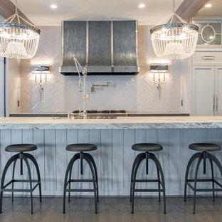 ヒューストンの巨大なエクレクティックスタイルのおしゃれなキッチン (エプロンフロントシンク、ガラス扉のキャビネット、白いキャビネット、白いキッチンパネル、磁器タイルのキッチンパネル、シルバーの調理設備の、大理石カウンター、淡色無垢フローリング) の写真