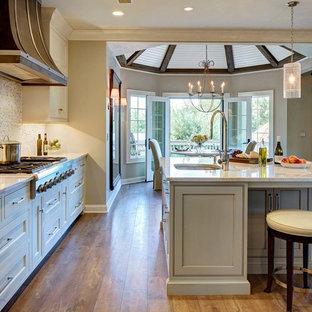 ニューヨークの大きいラスティックスタイルのおしゃれなキッチン (アンダーカウンターシンク、シェーカースタイル扉のキャビネット、白いキャビネット、御影石カウンター、白いキッチンパネル、モザイクタイルのキッチンパネル、シルバーの調理設備の、濃色無垢フローリング、茶色い床) の写真