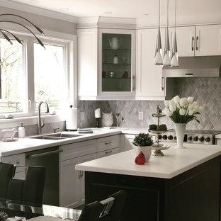 トロントのモダンスタイルのおしゃれなキッチン (シェーカースタイル扉のキャビネット、白いキャビネット、人工大理石カウンター、グレーのキッチンパネル、大理石のキッチンパネル、ピンクの床、白いキッチンカウンター) の写真