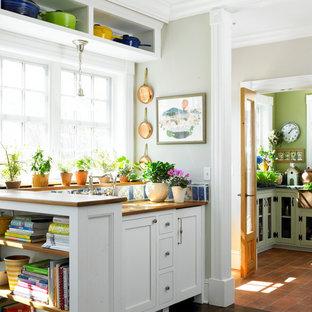 Idéer för att renovera ett lantligt kök, med skåp i shakerstil, vita skåp, träbänkskiva, flerfärgad stänkskydd och klinkergolv i terrakotta