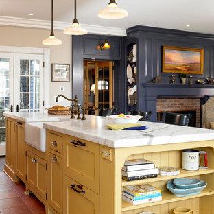 Idéer för stora vintage kök med öppen planlösning, med skåp i shakerstil, gula skåp, klinkergolv i terrakotta och en köksö