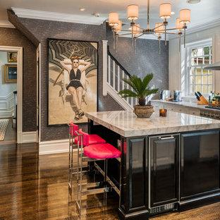 Неиссякаемый источник вдохновения для домашнего уюта: большая отдельная, угловая кухня в стиле современная классика с белыми фасадами, мраморной столешницей, белым фартуком, фартуком из плитки кабанчик, островом, коричневым полом, техникой из нержавеющей стали и темным паркетным полом