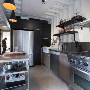 Industrial Wohnküche in L-Form mit Landhausspüle, braunen Schränken, Edelstahl-Arbeitsplatte, Küchenrückwand in Weiß, Rückwand aus Metallfliesen und Küchengeräten aus Edelstahl in Montreal