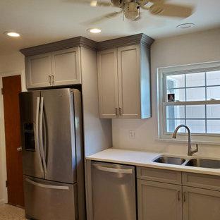 Diseño de cocina comedor en L, moderna, de tamaño medio, con fregadero bajoencimera, armarios estilo shaker, puertas de armario grises, encimera de cuarzo compacto, electrodomésticos de acero inoxidable, suelo de terrazo, suelo beige y encimeras blancas