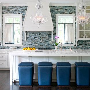 Klassisk inredning av ett linjärt kök, med skåp i shakerstil, vita skåp, marmorbänkskiva, blått stänkskydd, stänkskydd i stickkakel, mörkt trägolv och en köksö