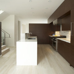 modern kitchen by MAK Studio