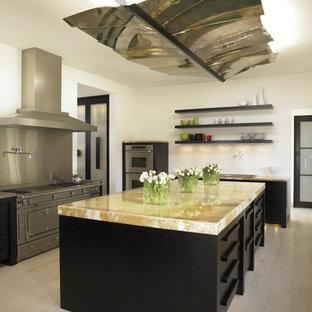 Idee per una cucina mediterranea con elettrodomestici in acciaio inossidabile, nessun'anta, top in onice e parquet chiaro