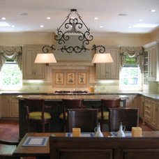 traditional kitchen by Hollywood Sierra Kitchens