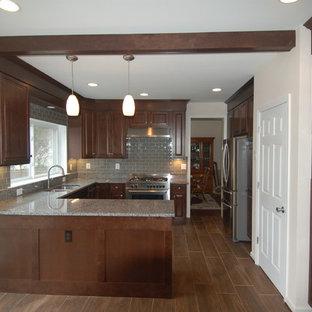 Свежая идея для дизайна: п-образная кухня среднего размера в стиле современная классика с обеденным столом, врезной раковиной, фасадами в стиле шейкер, темными деревянными фасадами, гранитной столешницей, серым фартуком, фартуком из стеклянной плитки, техникой из нержавеющей стали, полом из фанеры и полуостровом - отличное фото интерьера