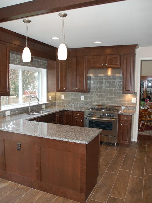 cuisine avec des portes de placard en bois sombre et un sol en contreplaqu photos et id es. Black Bedroom Furniture Sets. Home Design Ideas