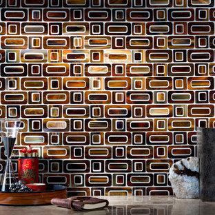 ルイビルの中サイズのアジアンスタイルのおしゃれなII型キッチン (ライムストーンカウンター、茶色いキッチンパネル、ガラスタイルのキッチンパネル) の写真